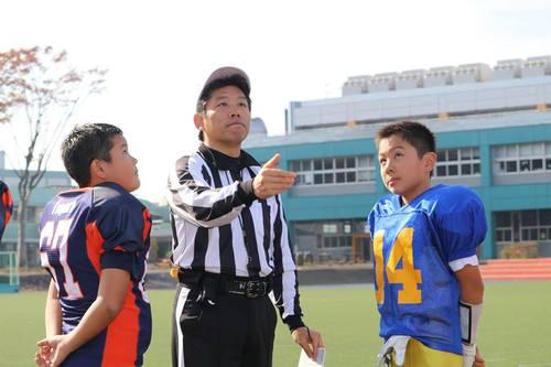 試合前のコイントス=写真提供・関東小学生アメリカンフットボール連盟