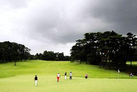 厚い雲がかかった日本ジュニア選手権の競技会場。この後、雷雨で競技が中断した=霞ケ関CC