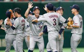 日本生命に勝利し、喜ぶ三菱日立PSナイン=東京ドーム