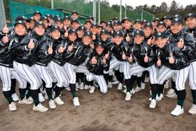 【選抜出場決定で2017年夏の甲子園で話題になった「いいね!」ポーズで喜びを現す津田学園の選手ら=1月、桑名市の同校で】