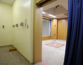 報道機関に公開された東京拘置所の刑場。手前の部屋で刑務官が三つのボタンを押すと、そのどれかが作動し、奥の部屋中央の四角で囲まれた踏み台が落下する。死刑囚は写真にはない絞縄を首に巻かれ、踏み台の上に立つ=2010年8月、東京都葛飾区
