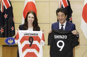 ニュージーランドのアーダン首相(左)とラグビージャージーを交換した安倍首相=19日午後、首相官邸