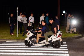 【暴走行為の夜間撮影訓練に臨む警察官ら=津市の県運転免許センターで】