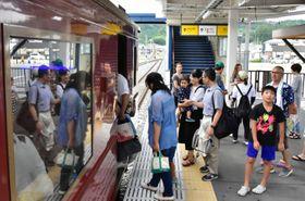 三陸鉄道のレトロ列車に乗り込む参加者