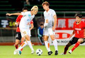 【金沢―愛媛FC】ボールをキープする愛媛FC・神谷(10)=石川県西部緑地公園陸上競技場