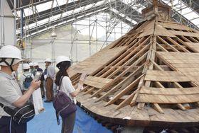 奈良県葛城市の当麻寺で一般公開された、国宝西塔の修理工事の現場=26日午前
