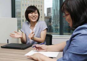 社外メンターの梶本由美さん(右)と話すソフトバンクの久保田桃子さん=6月、東京都内