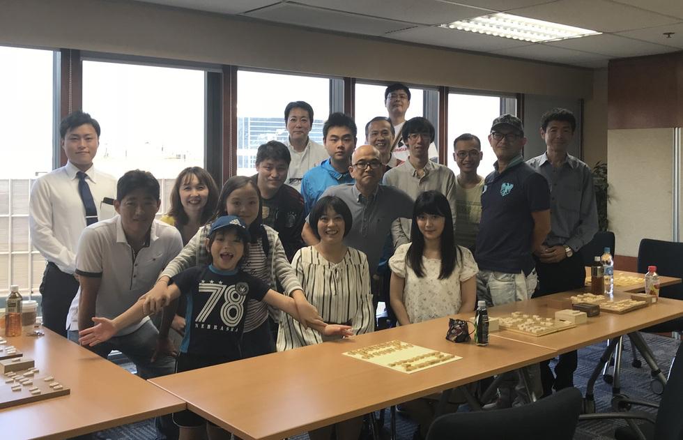 香港の将棋大会の参加者と記念撮影