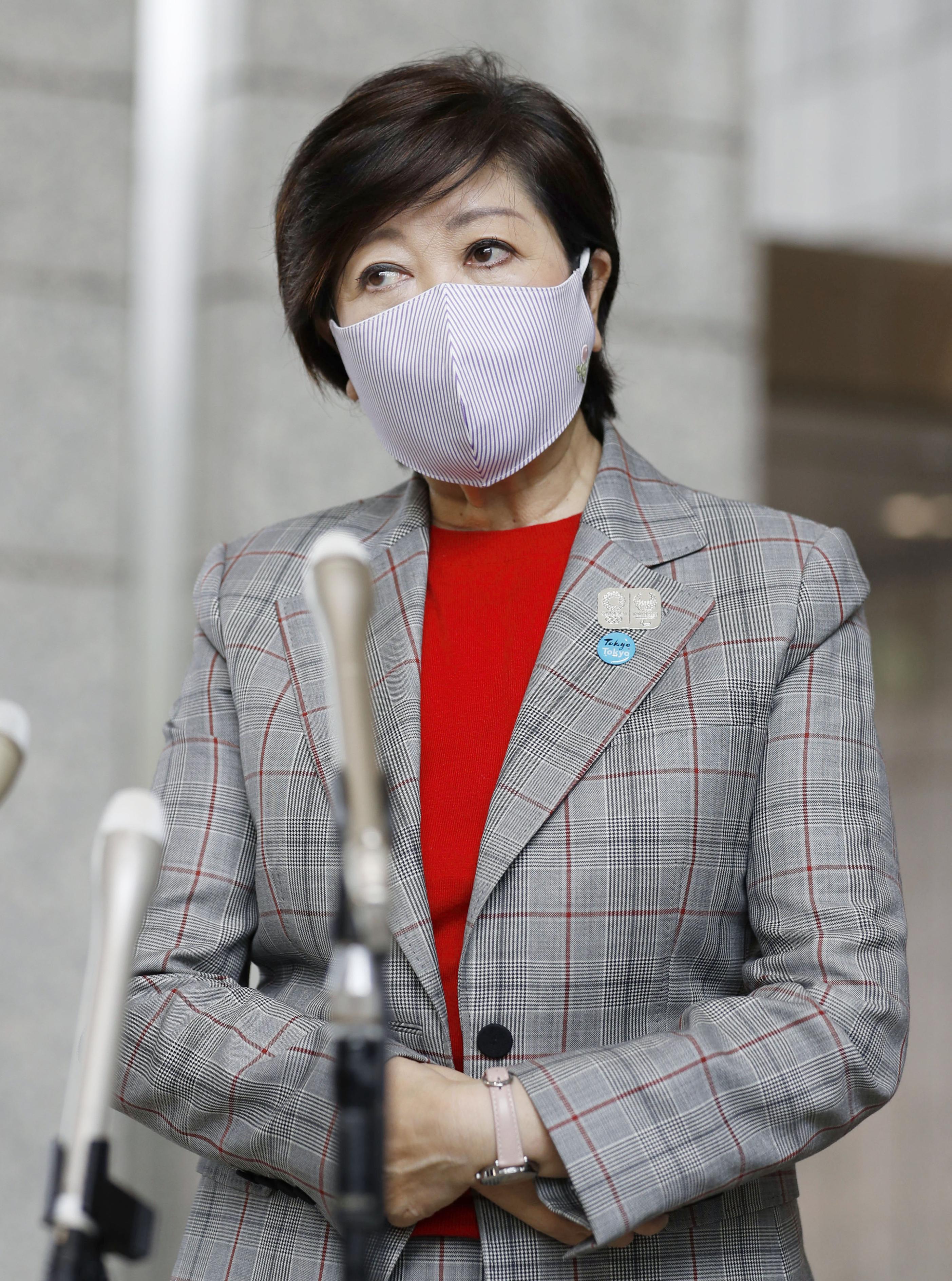 登庁し、記者の質問に答える東京都の小池百合子知事=27日午前、東京都庁