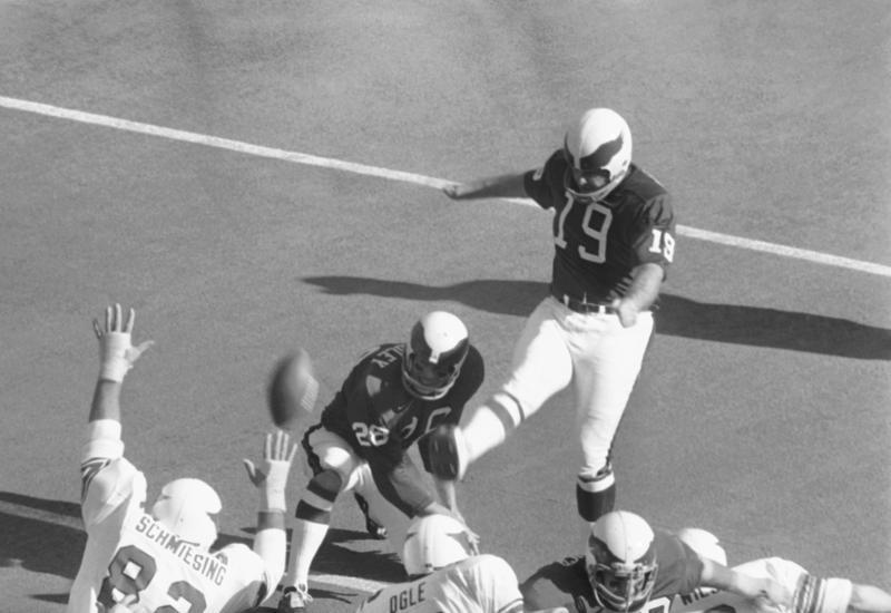 1971年のカージナルス戦でTFPのキックを蹴るイーグルス時代のトム・デンプシーさん(19)(AP=共同)