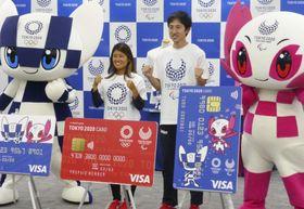 記者会見で2020年東京五輪・パラリンピックの大会公式カードをPRするサーフィン女子の黒川日菜子選手(左)ら=21日、東京都港区