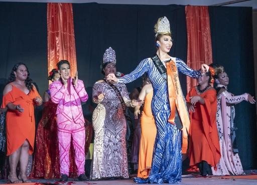 豪華な衣装に身を包み、ステージ上で声援に応える「ミス・サモア・ファファフィネ・パジェント」の参加者。手前の出場者がグランプリに選ばれた=19年8月、サモア・アピア(共同)