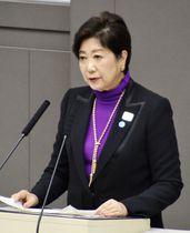 東京都議会の定例会で所信表明演説する小池百合子知事=3日午後