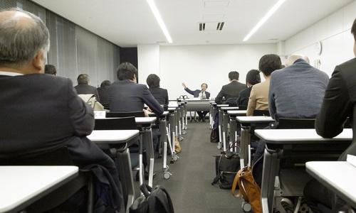 瀬木比呂志さんの講演を聞く千葉県弁護士会京葉支部の弁護士たち。会場から「裁判所は人口減への対応を考えているのか」という質問があり、瀬木さんは「皆無でしょう」と答えた=3月10日、千葉県船橋市(撮影・牧野俊樹)