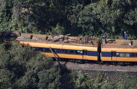 電柱と衝突した大井川鉄道の電車=17日午前11時21分、静岡県島田市(共同通信社ヘリから)
