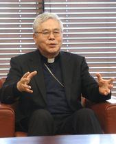 潜伏キリシタンやローマ法王の来崎について知事と話す前田枢機卿=県庁