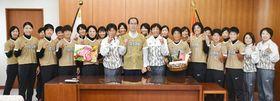 内堀知事(中央)を表敬し、世界一を誓うソフトボール女子日本代表の宇津木監督(右隣)と選手ら
