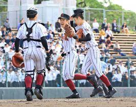 【準々決勝・日章学園-熊本西】7回コールドで勝利し、喜ぶ日章学園の福山主将(中央)=22日午前、熊本市・リブワーク藤崎台球場