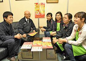 24日のイベントの打ち合わせをする元重慎市委員長(左端)とベトナム出身の女性たち