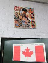 トロント・ニューガールズ・ボクシングジムに貼られていた日本の女子プロレスポスター。名前とともに若き日の長与千種が写っている=谷口輝世子撮影
