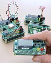 開発されたIoT学習HAT。同じサイズのマイコンの上に接続して多彩な機能を持たせる