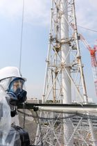 東京電力福島第1原発で、1、2号機の共用排気筒を視察する原子力規制委員会の更田豊志委員長=11日(原子力規制委員会提供)