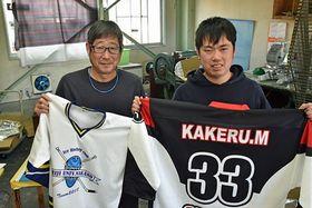 ユニホームなどの印刷のサポートで活躍する川村さん(右)と、採用した番澤さん=八戸市の朝日スクリーン