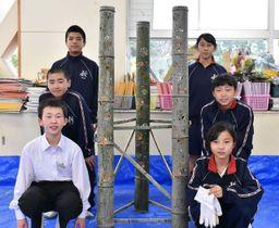 出来上がった竹あかりと北方学園の生徒ら