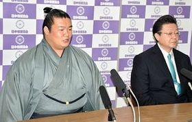 引退会見に臨む元誉富士の楯山親方(左)と師匠の伊勢ケ浜親方=22日、東京・両国国技館