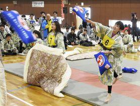 「全日本まくら投げ大会」で、枕を投げ合う浴衣姿の参加者=23日、静岡県伊東市