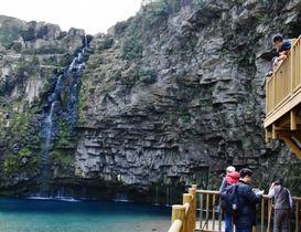 展望デッキから雄川の滝を臨む観光客ら=南大隅町根占
