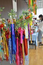 竹を使った七夕飾りなど障害者の手作りした作品が並んだ展示販売会=平塚市役所
