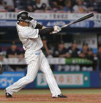 10回ロッテ1死満塁、清田がサヨナラの左犠飛を放つ=ZOZOマリン
