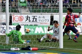 後半、ゴールを決める福岡・梁東〓(左から2人目)