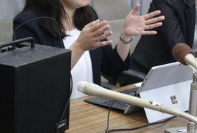 記者会見する埼玉県川越市の女性職員=18日午後、埼玉県庁