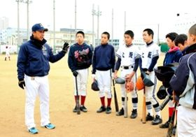 下山真二コーチ(左)から打撃指導を受ける生徒たち=東灘区向洋町中9