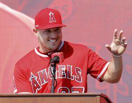 記者会見するエンゼルスのマイク・トラウト外野手=24日、アナハイム(共同)