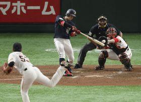 4回オリックス2死一塁、小田が左翼線に適時二塁打を放つ。投手高田、捕手炭谷=東京ドーム