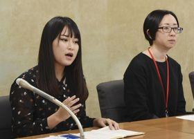 記者会見で就活ハラスメントの経験を話す町田彩夏さん(左)ら=12日午後、厚労省