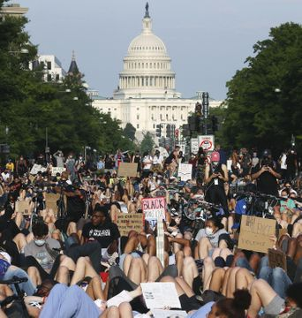 首都で迷彩服の州兵、デモと対峙
