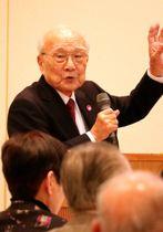 被爆者らを前に講演する田中代表委員=長崎市新地町、長崎ワシントンホテル