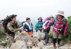 曇りがちな天気で雄大な眺望はお預けとなったが、登山道には笑顔があふれた=早池峰山