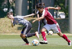 サッカー女子W杯に向けた合宿で、調整する鮫島(左)=千葉県内
