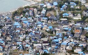 台風15号による被害で屋根が損傷し、ブルーシートが掛けられた多数の住宅=9月15日、千葉県鋸南町