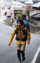 日本縦断の旅を終え、帰郷した真崎さん。自宅がある中尾山に入ると自然と駆け足になった=波佐見町中尾郷