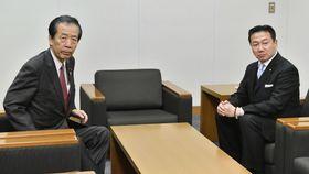 会談に臨む国民民主党の平野幹事長(左)と立憲民主党の福山幹事長=21日午後、国会