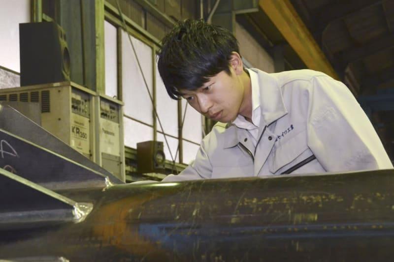 工場で製品を確認する野見山さん
