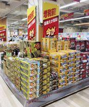 増税前の酒類の駆け込みを狙ったスーパーの売り場=10日、福岡市