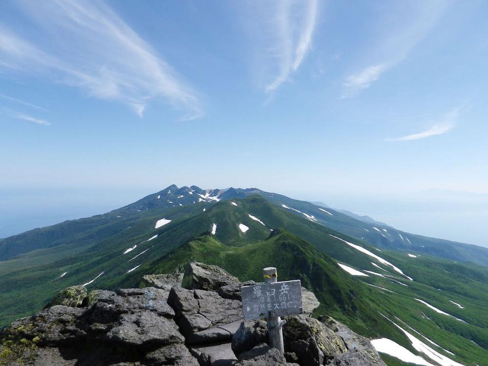 羅臼岳から知床半島を望む=2013年7月(自然公園財団知床支部提供)