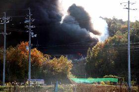 黒い煙が上がる、東広島市福富町上竹仁の火災現場